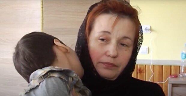 На Рівненщині бабуся хлопчика з ДЦП благає про допомогу, дитина хвора і самотня - мати померла, батько покинув