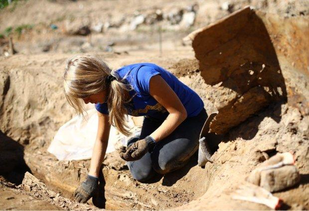 Женщина обнаружила на своем участке таинственную гробницу