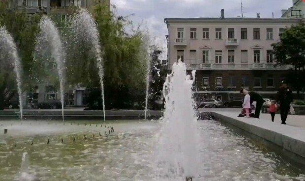 У Дніпрі фонтани вийшли з карантину, українці в екстазі - святкують усім містом