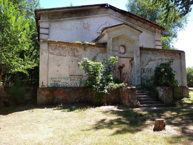 В Запорожье наркоманы и алкоголики превратили парк в вонючий хостел, страшно подойти