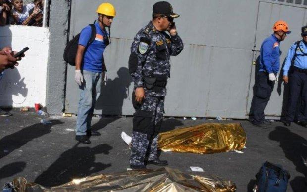 Болельщики устроили давку на стадионе Гондураса: есть погибшие