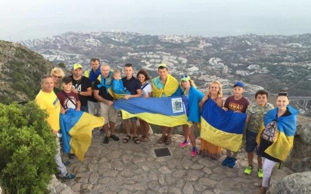 Спогади, побажання і віра у краще: українці вітають із Днем Прапора