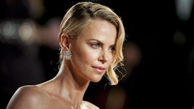 Как в 40 выглядеть на 20: секреты красоты Шарлиз Терон, благодаря которым она не боится стареть