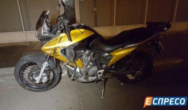 Смертельне ДТП у Києві: мотоцикліст врізався у відбійник