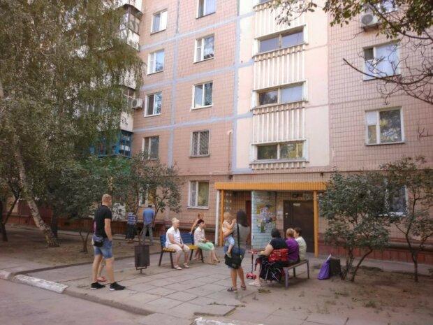 Наглость второе счастье: житель Бердянска жарит шашлыки на крыше многоэтажки, кадры беспредела
