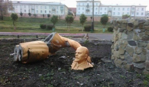 Пьяный россиянин разбил памятник Ленину, делая эффектное селфи