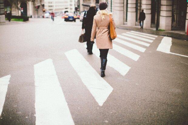 пешеход на дороге, фото Pxhere
