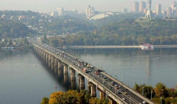 Через ремонт на мосту Патона водії потрапили в кілометрові затори