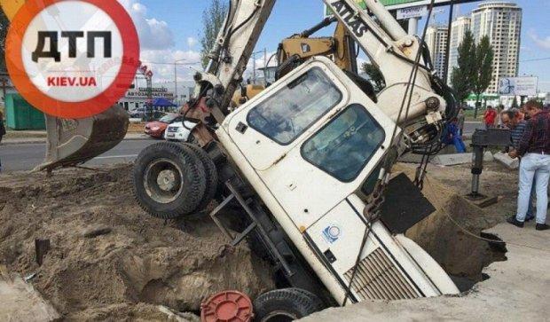 У Києві екскаватор пішов під землю (фото)