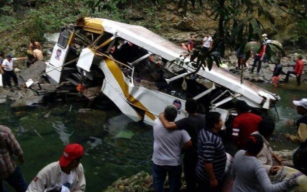 Переповнений автобус злетів з обриву на Філіппінах: півсотні жертв
