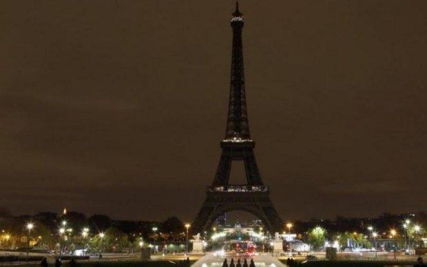 Эйфелева башня погасла в память о погибших в Багдаде (видео)