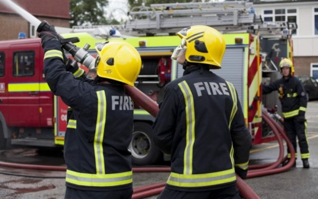 Масштабный пожар охватил склад с отходами в Лондоне