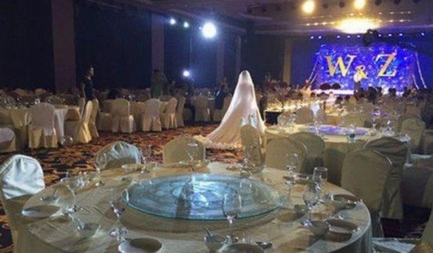 Китайські закохані відсвяткували весілля посеред шторму