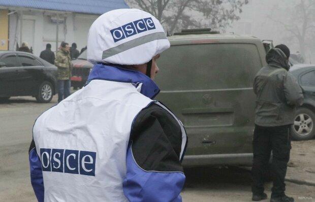 Гуляють на весіллях бойовиків та відвідують ресторани: як насправді працює місія ОБСЄ
