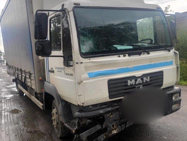 Під Франківськом некерована вантажівка знесла чоловіка з велосипедом - дорога в крові, ні керма, ні коліс