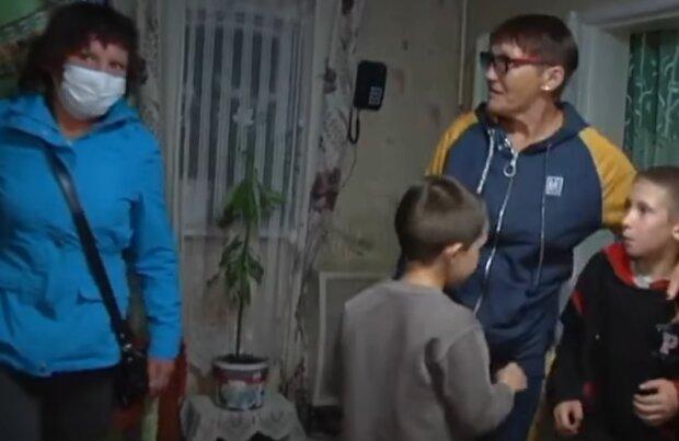 """Бабуся відібрала онуків у доньки, яка зазирає в чарку: """"Я тебе проклинаю"""""""