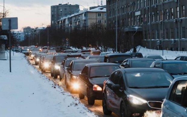Посреди оживленного города асфальт ушел в себя: фото