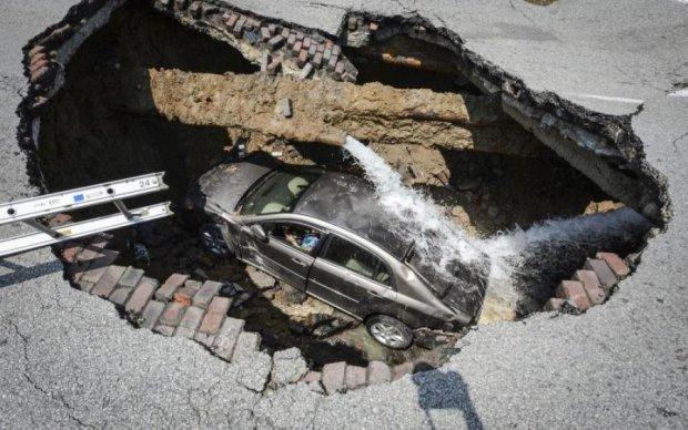 Авто с детьми провалилось в яму посреди Киева