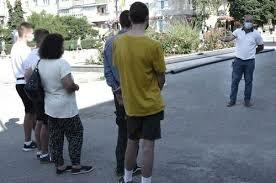 """У Тернополі знайшли і покарали юних вандалів - відпрацюють """"веселощі"""" з мітлою в руці"""