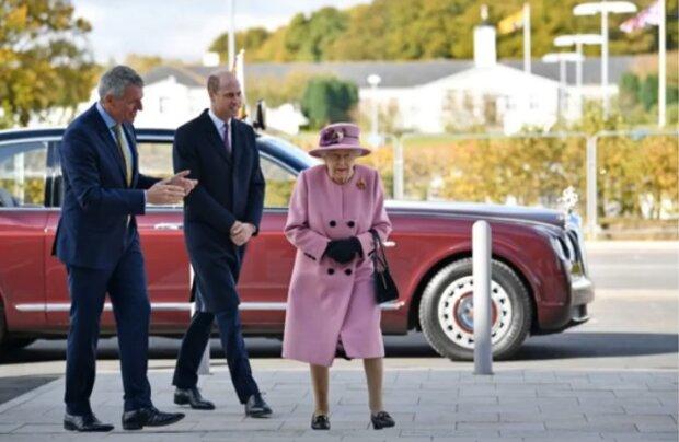 Королева Елизавета II спустя месяцы затворничества вышла в люди: вне резиденции без маски