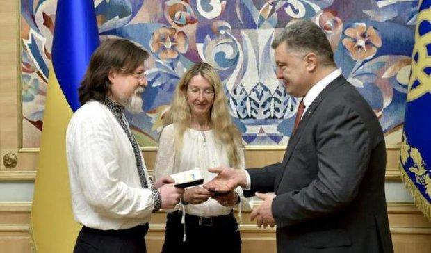 Президент вручил украинские паспорта семье волонтеров из США