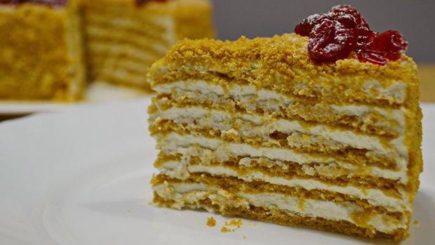 Готуємо смачний медовий торт з ніжним заварним кремом всього за кілька кроків