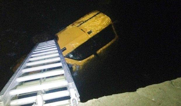 В Хмельницкой области автомобиль упал в реку: есть погибшие