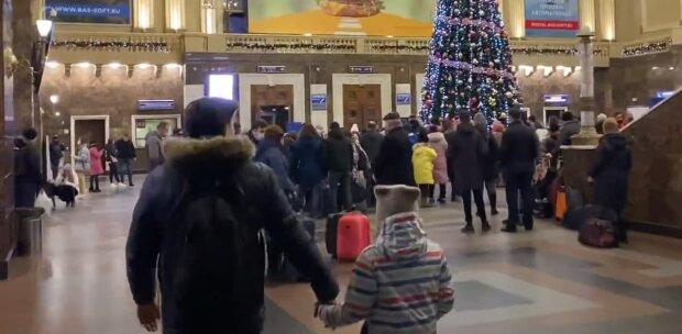 Люди на вокзалі, скріншот: Youtube