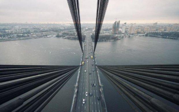 Самоубийца шагнул с киевского моста: фото 18+