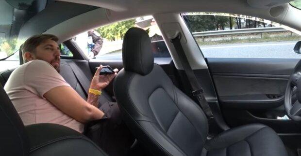 """Полицейские остановили Tesla на автопилоте, пока """"водитель"""" дремал на заднем сиденье: """"Кого штрафовать?"""""""