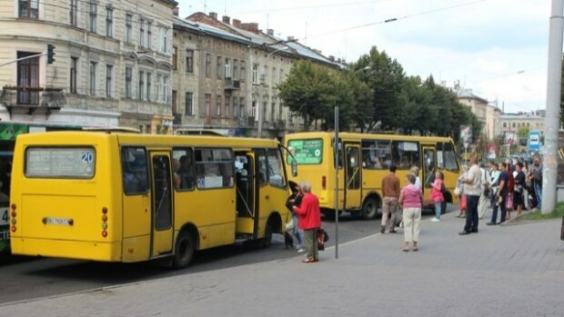 """Особистий автобус під гуртожиток: з львівських студентів """"кують"""" мажорів"""