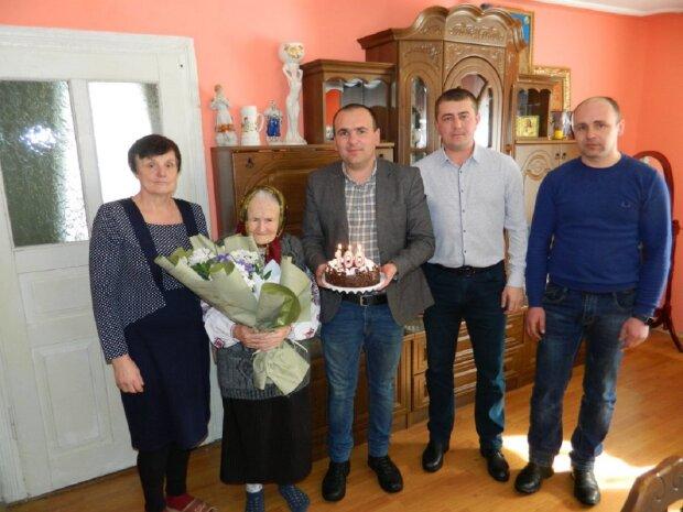 Марія Дмитрівна Дирда з гостями, фото: wn.if.ua