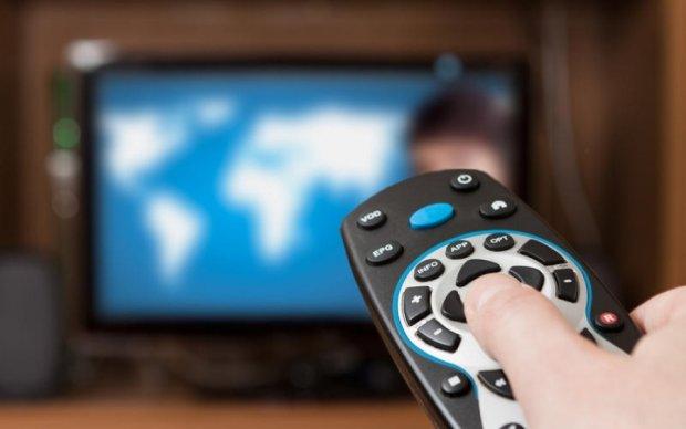 Сеть поразила одесситка, гуляющая с телевизором на поводке