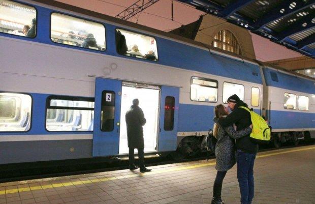 """Укрзалізниця запускає додаткові """"святкові"""" поїзди: куди та коли"""