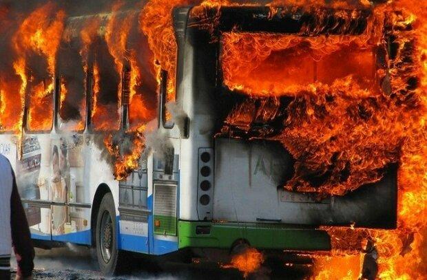 Не залишилося навіть керма: у Києві згорів автобус, копи підозрюють недобре