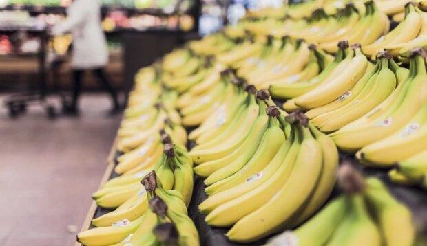 Банани на вітрині супермаркету, фото pixabay