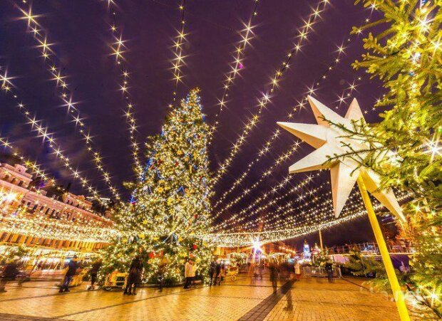 От символа кризиса до символа Майдана, от алюминиевого чудовища до живой красавицы: какими были новогодние елки Киева за последние 10 лет