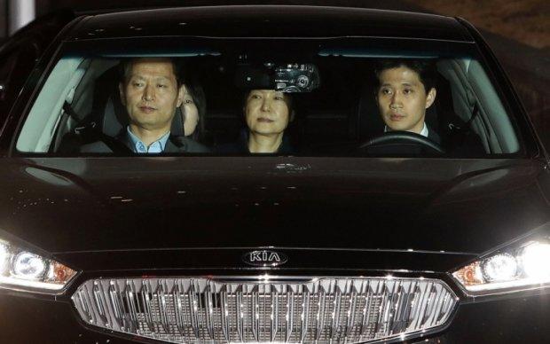 """Екс-президента Південної Кореї відвезли до в'язниці на """"нічному воронці"""""""