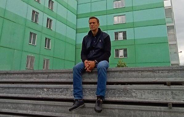 """Навальный в немецкой клинике превратился в """"высшее существо современного общества"""": """"Понимает, где ставить лайки"""""""