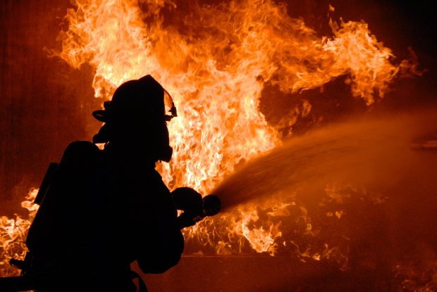 У Полтаві розгулялась масштабна пожежа: горить автостанція, ринок, вогонь поширився на сусідні магазини