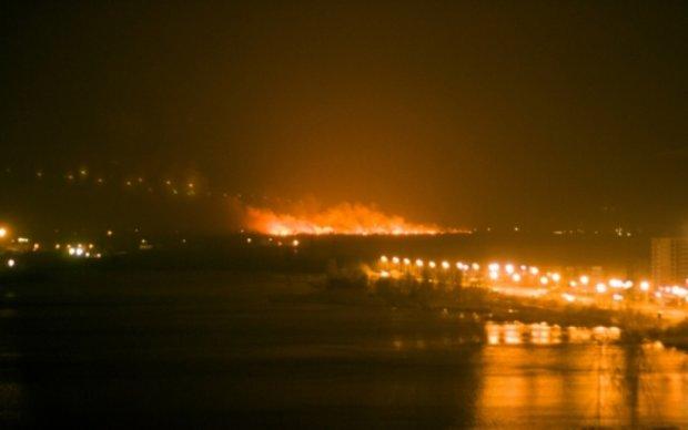 Огромный пожар вспыхнул на столичных Осокорках: фото и видео