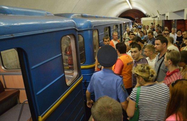 Це врятує вам життя: що робити, якщо впав на рейки в метро