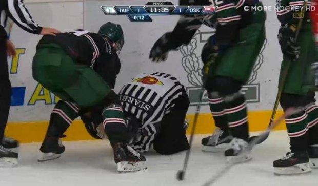 Хокейний рефері відірвав собі палець у прямому ефірі (ФОТО)