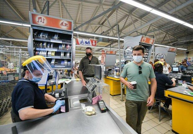 Купил кофе, сладостей и сфотографировался с местными: Владимир Зеленский посетил продуктовый магазин