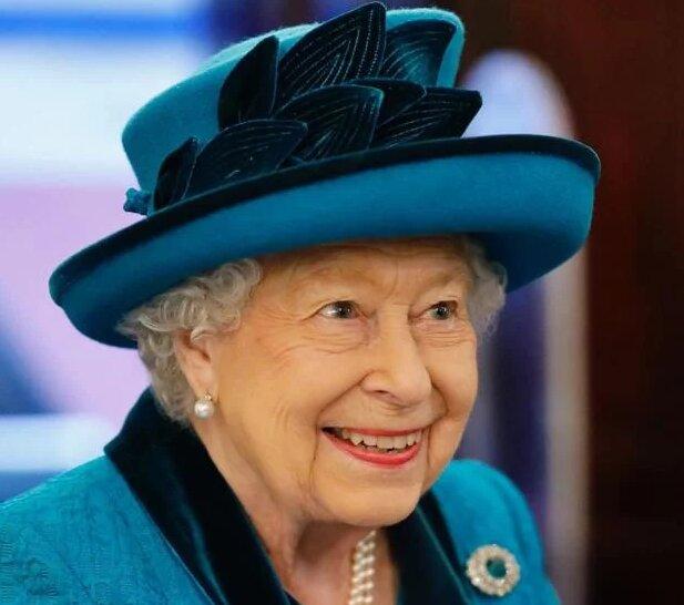По-королівськи: 93-річна Єлизавета ІІ справила фурор яскравим вбранням та англійським гумором