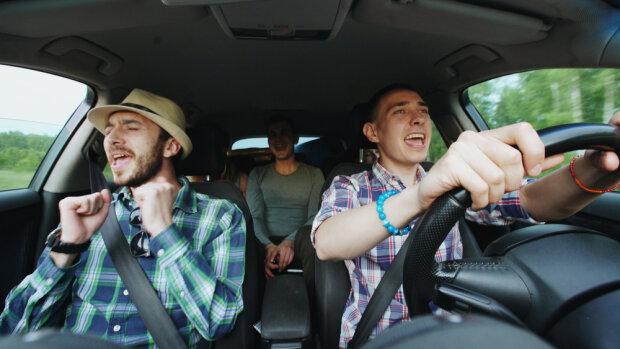 Караоке на колесах: винничан заставляют петь в такси, забавное видео взорвало сеть