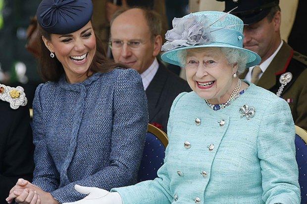 Выглядеть по-королевски: Елизавета II одевается с помощью особого ритуала