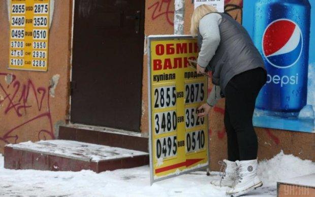 Курс валют на 12 квітня: гривня дозволяє українцям дихати спокійно, але це поки