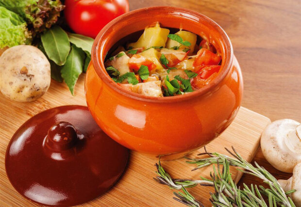Курка з овочами в горщику, фото з вільних джерел