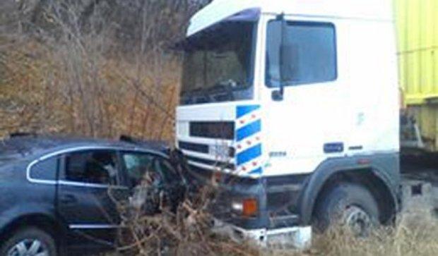 Тройное ДТП под Донецком: пассажирку доставали спасатели (фото)